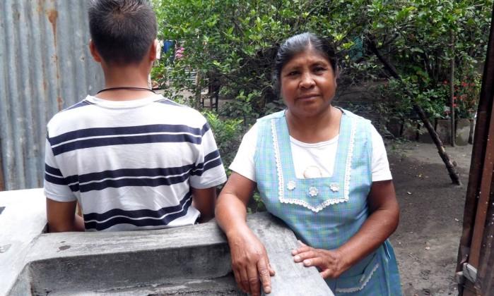 M.A., de 14 anos e a avó, Margarita. O menino tentou ano passado cruzar a fronteira para rever a mãe depois de 12 anos de afastamento Elisa Martins
