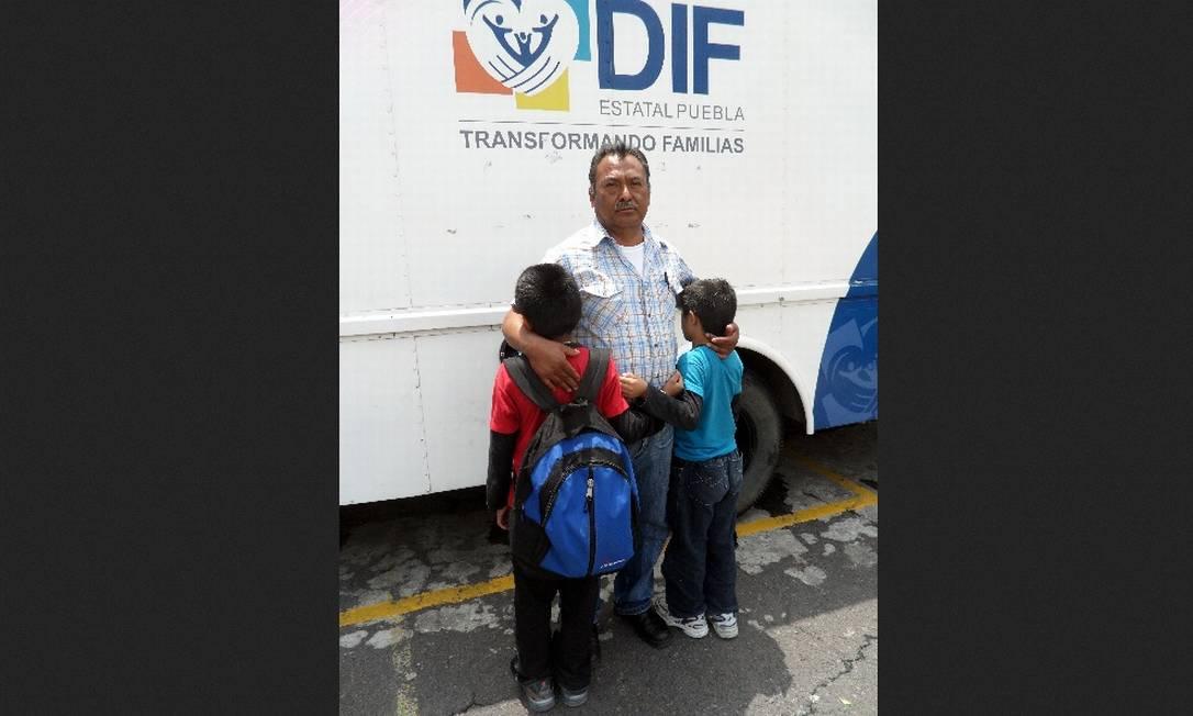 Rômulo Vidal ganhou a guarda dos filhos de 8 e 10 anos, que foram encontrados vagando sozinhos na fronteira para reencontrar a mãe Elisa Martins