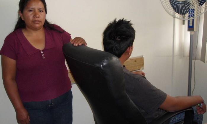 A mãe de I., Gloria, não conseguiu evitar que o filho cruzasse a fronteira. Ele foi preso no deserto e deportado ao México ano passado Elisa Martins
