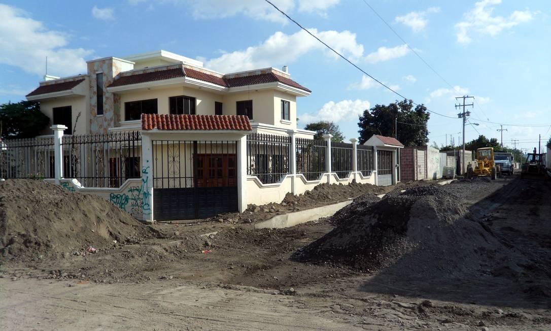 Casas imponentes construídas com dinheiro de migrantes surgem em ruas que não têm nem asfalto Elisa Martins
