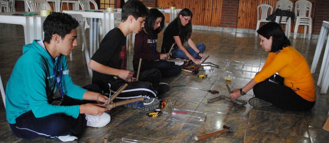 Alunos aprendem a construir foguetes de garrafa pet Foto: Divulgação