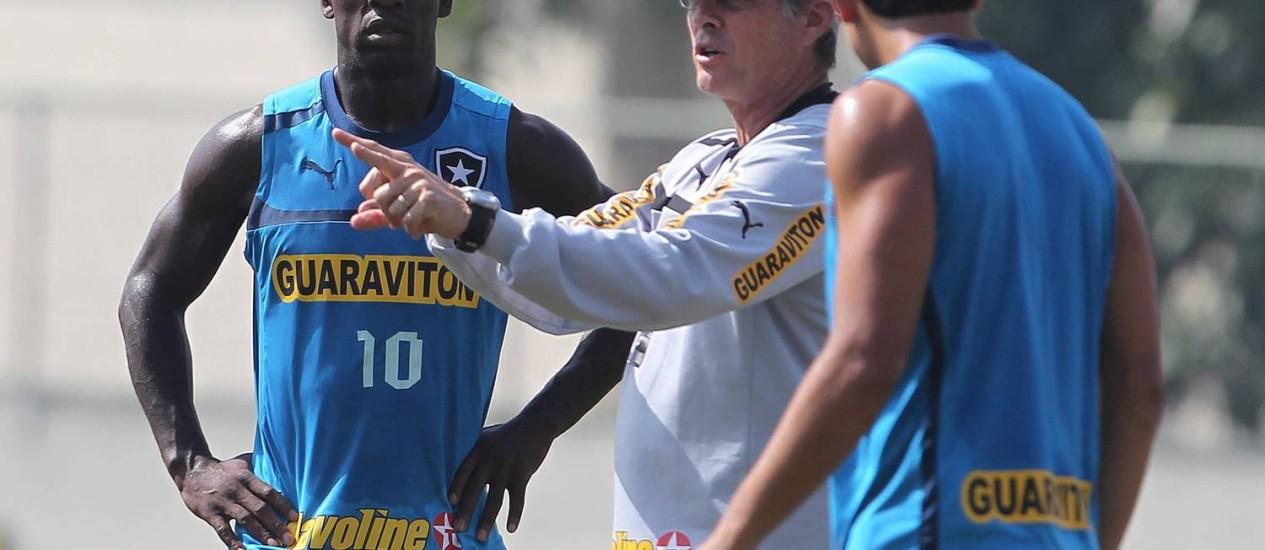 Oswaldo de Oliveira orienta Seedorf em treino do Botafogo Foto: Jorge William/24.07.2012 / O Globo