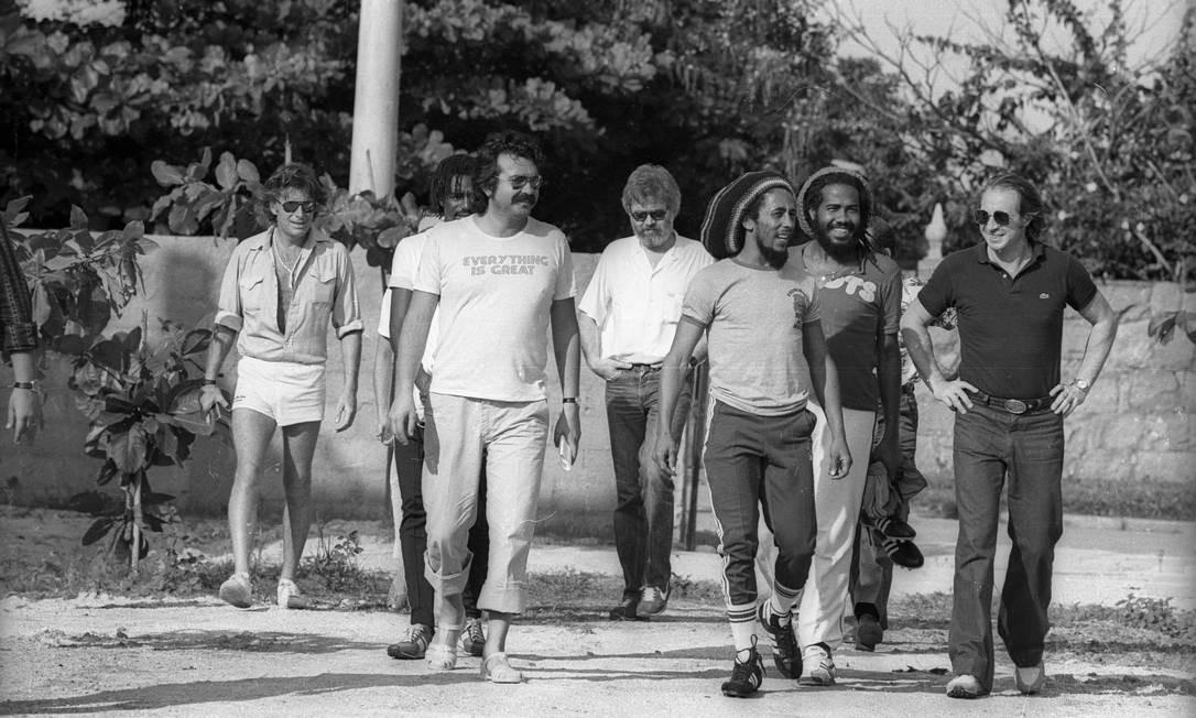 Bob Marley chegando ao campo de futebol de Chico Buarque, no Recreio dos Bandeirantes, em março de 1980. À esquerda, de bermuda branca, Chris Blackwell, chefão da Island Records. Atrás dele, de boina, o cantor Jacob Miller, do grupo Inner Circle Foto: Luiz Pinto / Agência O Globo