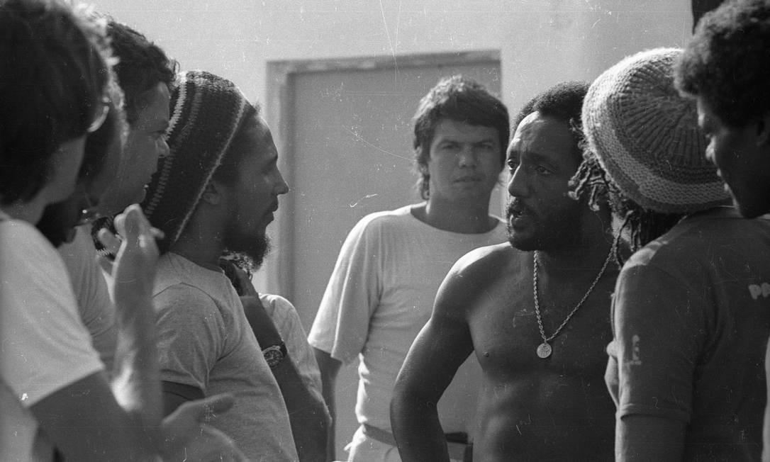 """Marley conversa com o Paulo César """"Caju"""", tri-campeão do mundo de futebol, antes do jogo. O astro do reggae passou apenas 72 horas no Rio, para o lançamento da gravadora Ariola Foto: Luiz Pinto / Agência O Globo"""