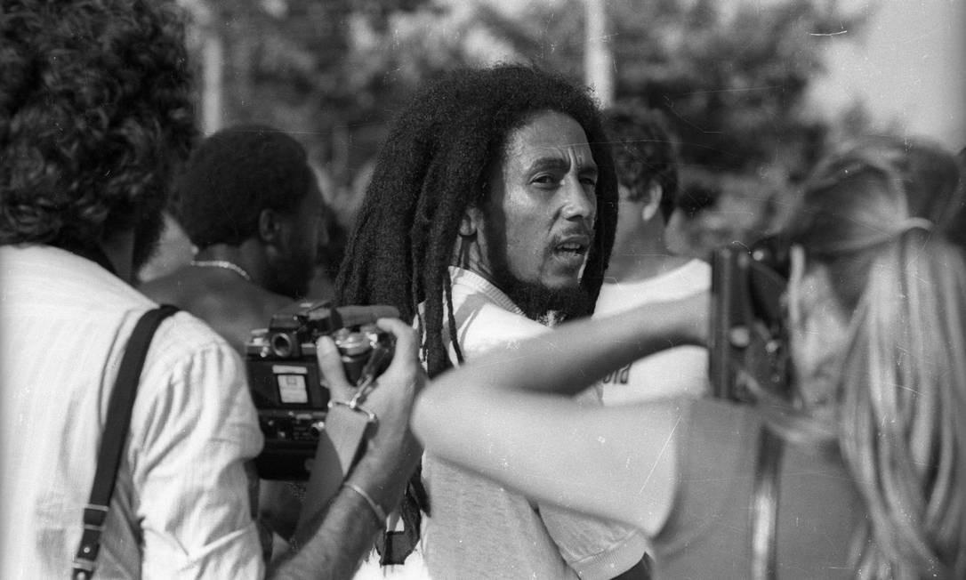 """Já vestindo uma camisa do Santos,Marley é cercado por fotógrafos. No vestiário, ele declarou seu amor ao futebol brasileiro. """"A Jamaica gosta de futebol por causa do Brasil"""", disse aos repórteres Foto: Luiz Pinto / Agência O Globo"""