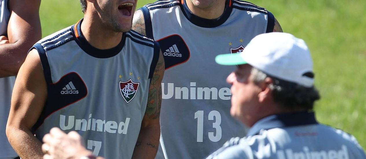 Thiago Neves e Edinho se divertem enquanto Abel gesticula nas Laranjeiras Foto: Jorge William / O Globo