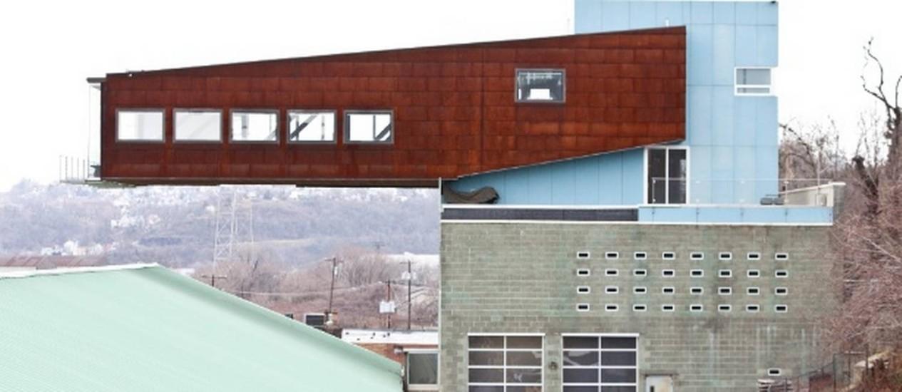 Construída em balanço, a casa parece desafiar a gravidade Foto: Toni Cenicola/The New York Times
