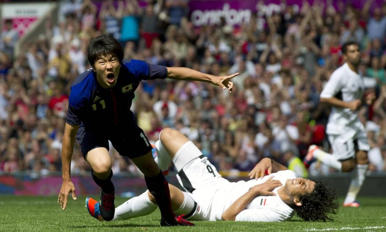 Manabu Saito comemora o gol marcado contra o Egito. A equipe japonesa vai vencendo por 1 a 0 Foto: AP Photo