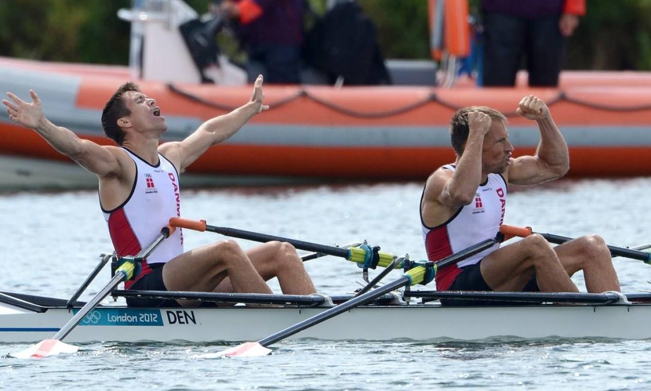 Mads Rasmussen e Rasmus Quist comemora o ouro conquistado no skiff duplo peso leve masculino para a Dinamarca Foto: AFP Photo