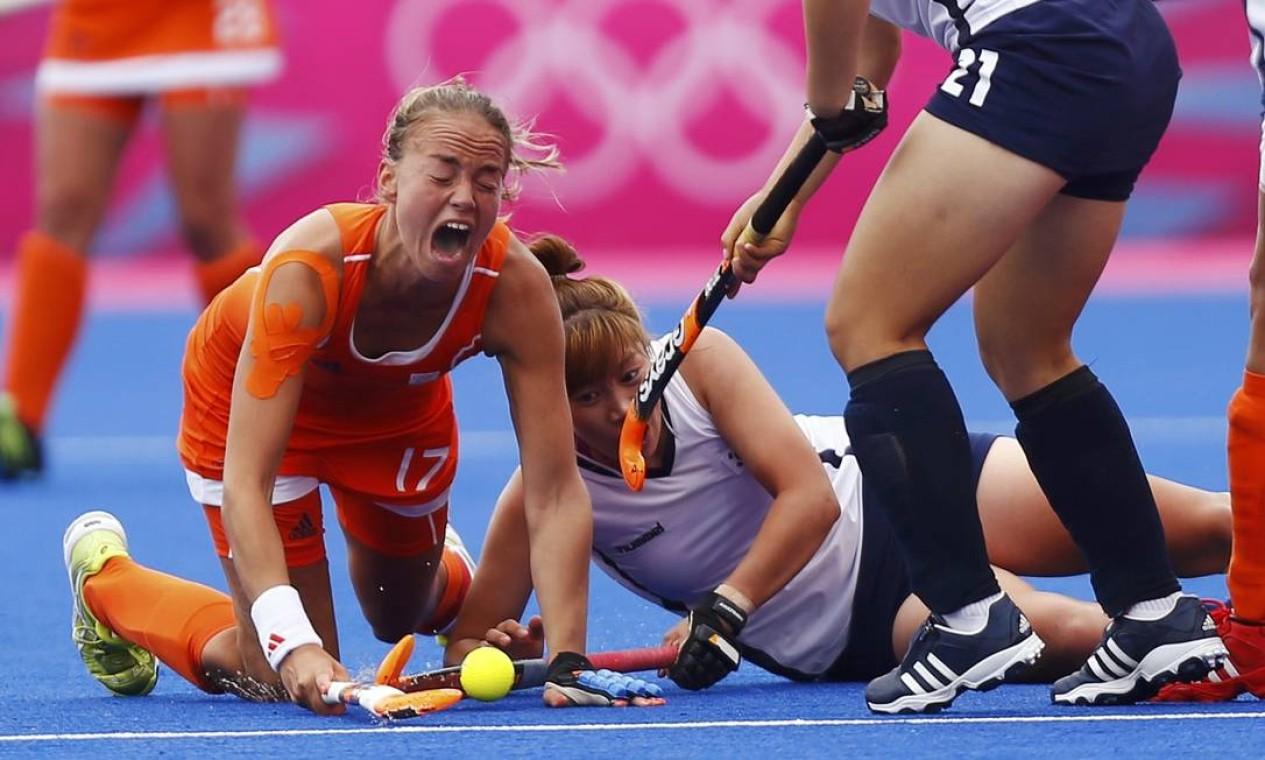 Holandesa Maartje Paumen sofre durante uma disputa de bola com jogadoras da Coreia do Sul, no hóquei feminino Foto: Reuters