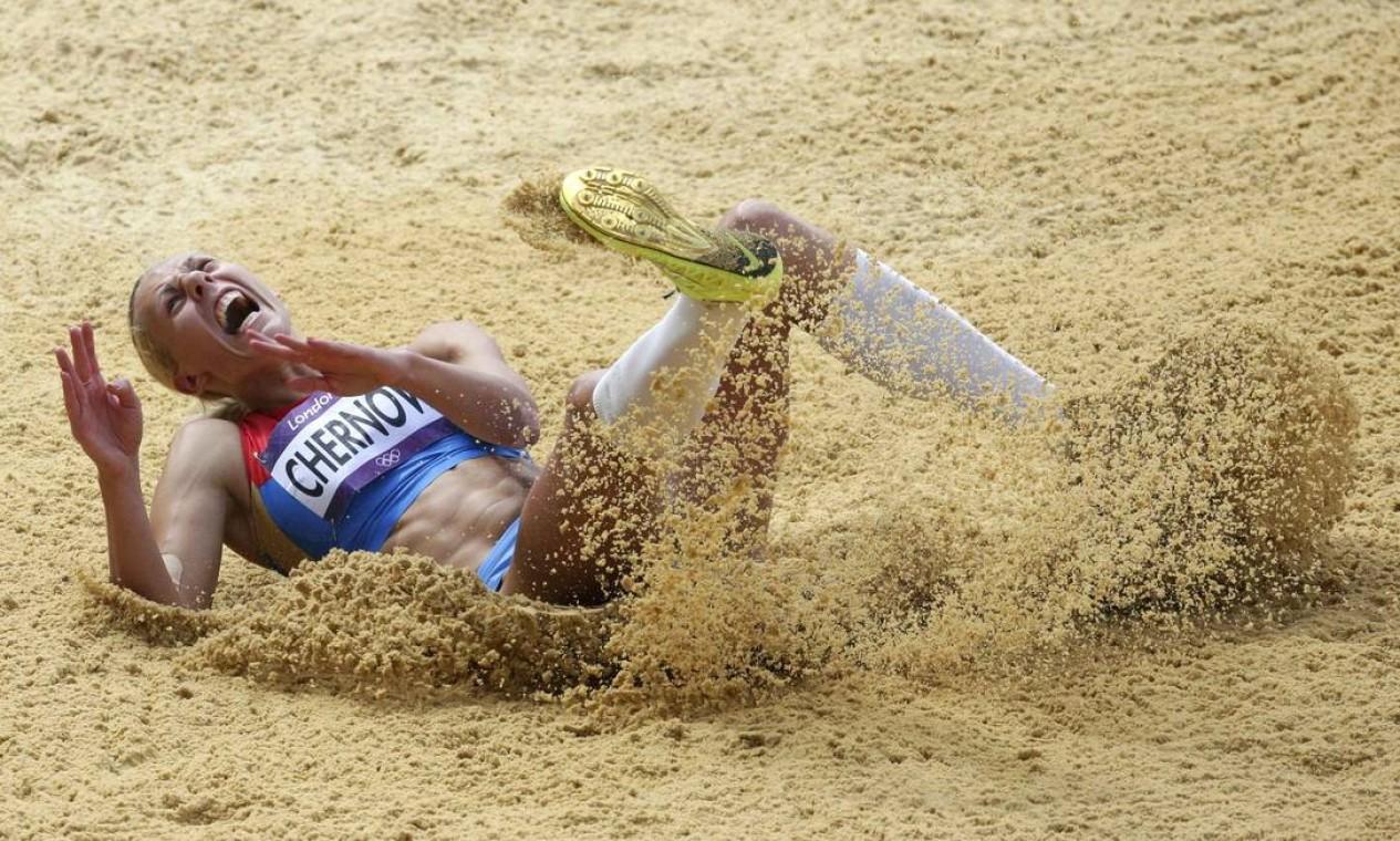 RussaTatyana Chernova salta durante a competição do heptatlo, que reúne as provas de 100 metros com barreiras, salto em altura, arremesso de peso, 200 metros rasos, salto em distância, lançamento de dardo e 800 metros Foto: Reuters