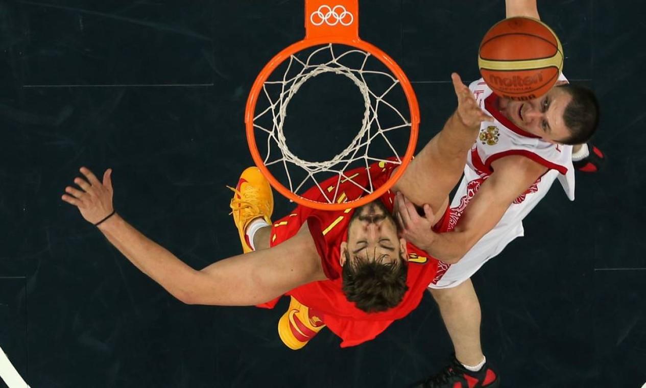Espanhol Marc Gasol tenta interceptar a bola do russo Vitaliy Fridzon, no basquete masculino. A Rússia venceu os espanhóis por 77 a 74 Foto: Reuters