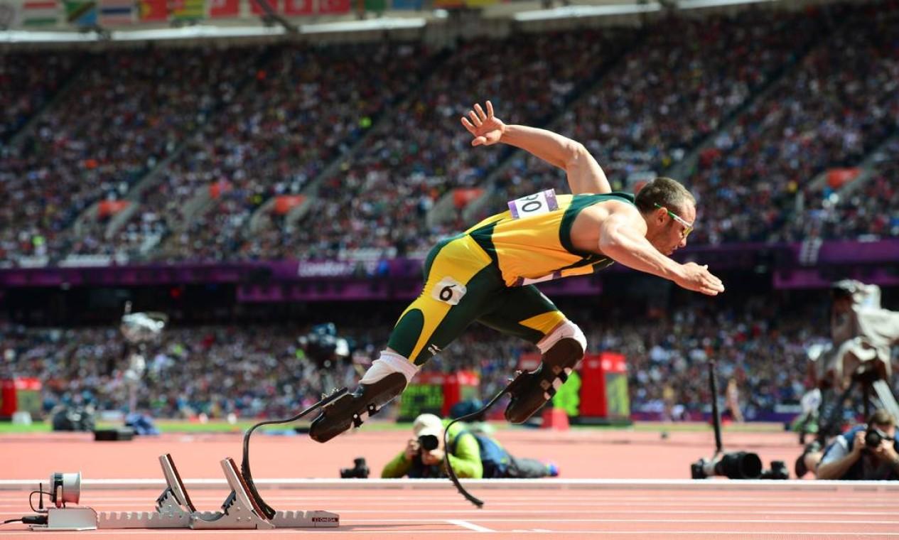 Oscar Pistorius faz história ao se tornar o primeiro atleta biamputado a competir em uma Olímpiada. O sul-africano se classificou para as semifinais dos 400m rasos Foto: Reuters