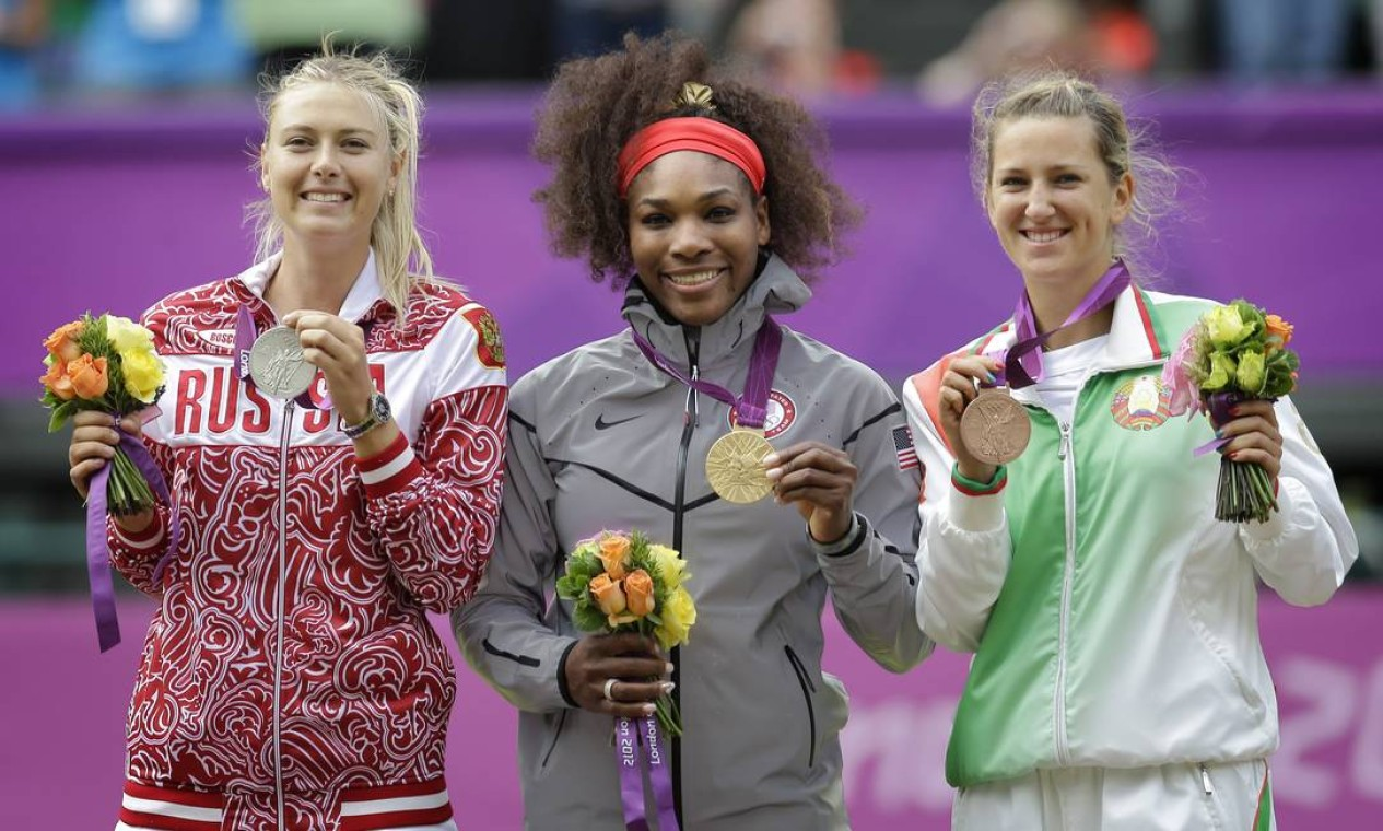 Maria Sharapova (prata), Serena Williams (ouro) e Victoria Azarenka (bronze) mostram as medalhas conquistadas no tênis feminino Foto: AP Photo