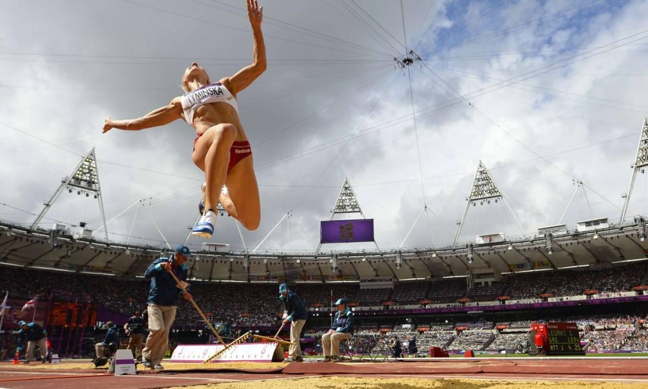 Polonesa Karolina Tyminska salta durante a competição do heptatlo Foto: AFP Photo