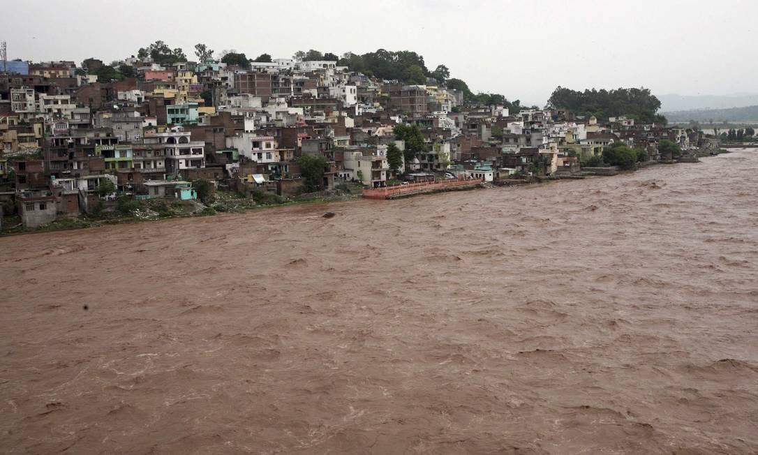 Área residencial próxima ao rio Tawi, que transbordou após chuvas fortes na região de Jammu, na Índia, neste sábado (4). Cerca de 22 pessoas ficaram presas nas inundações MUKESH GUPTA / REUTERS