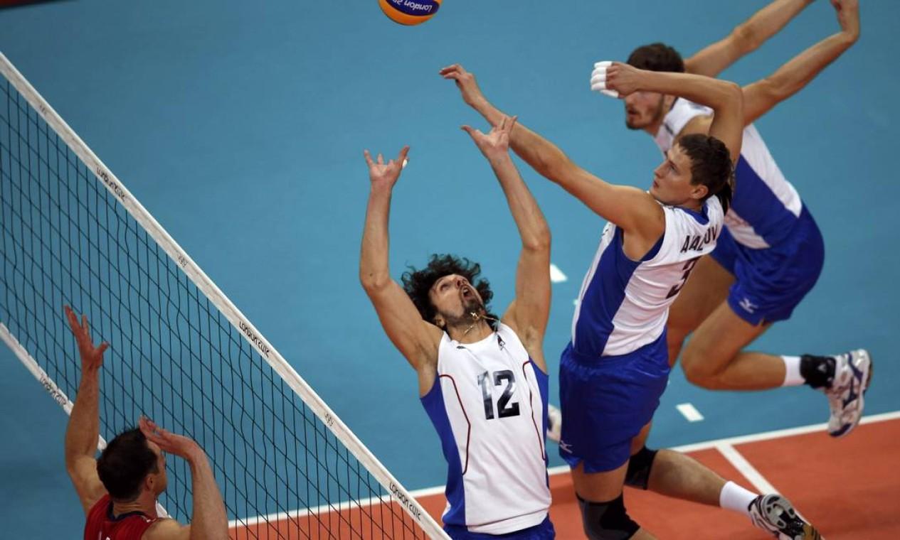 Jogadores russos preparam ataque no jogo contra os EUA Foto: Reuters