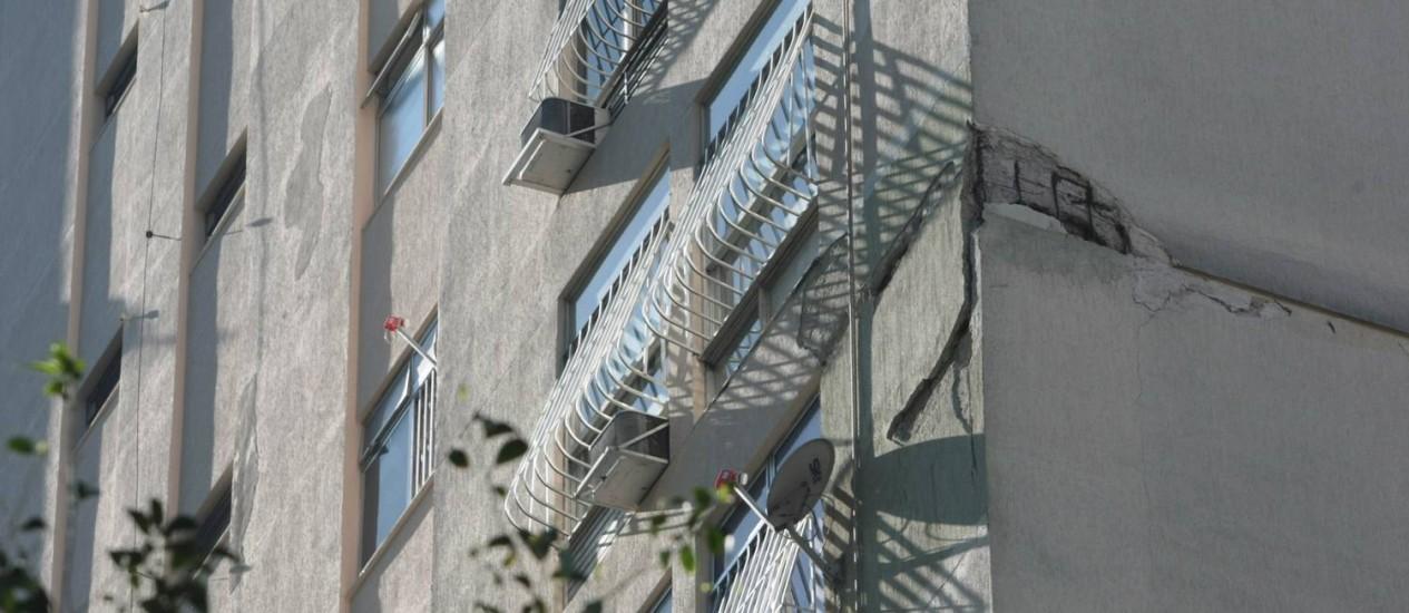 Viga de sustentação do prédio, corroída, está exposta na lateral do edifício Foto: Hudson Pontes / O Globo