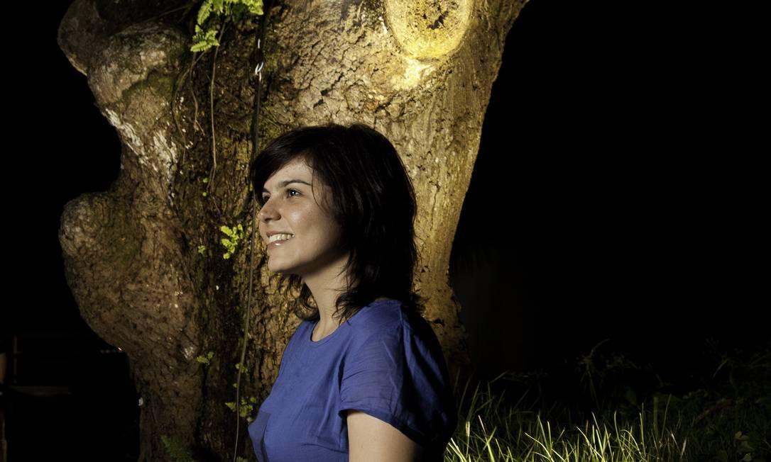 """Roberta Carvalho: a artista desenvolve um trabalho de mapping, projetando, em árvores, imagens de temas quase sempre amazônicos. """"Ser de Belém hoje é quase um pré-requisito para você conseguir mostrar a sua arte"""". Daniela Dacorso / Agência O Globo"""