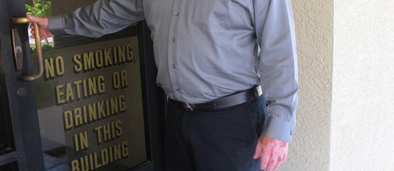 Art Fuentes, 37 anos, após 16 anos como motorista de entregas na mesma empresa, voltou à casa da mãe e sustenta dois filhos com menos da metade do que recebia antes. Pensa em deixar a Califórnia rumo aos estados industriais, como Ohio Foto: Agência O Globo / Foto: Flávia Barbosa