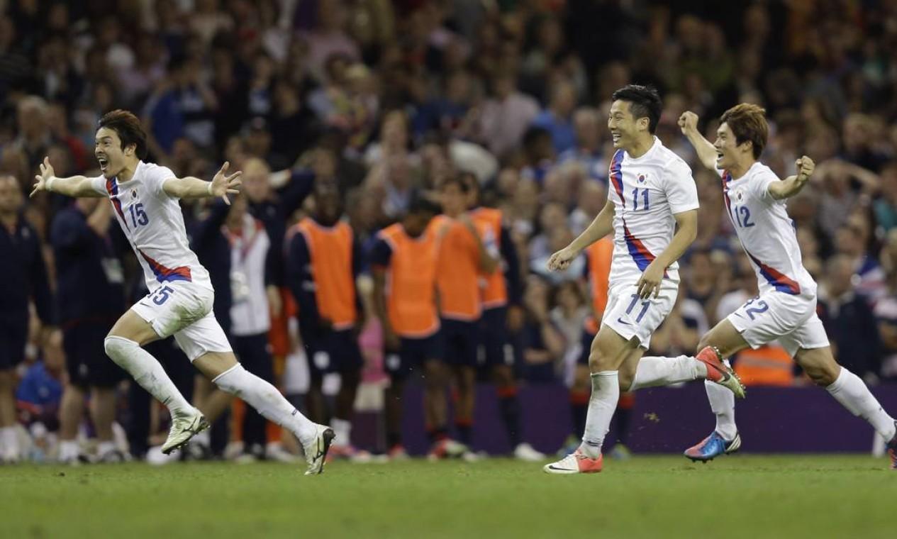 Jogadores da Coreia do Sul festejam classificação paraa enfrentar o Brasil na semifinal do torneio de futebol Foto: AP