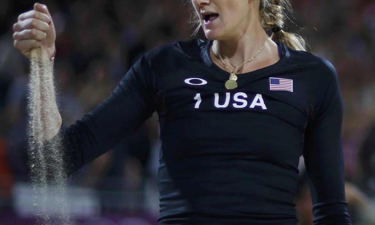 A americana Kerri Walsh durante a partida contra as holandesas Marleen van Iersel e Sanne Keizer no vôlei de praia Foto: Marcelo Del Pozo / Reuters