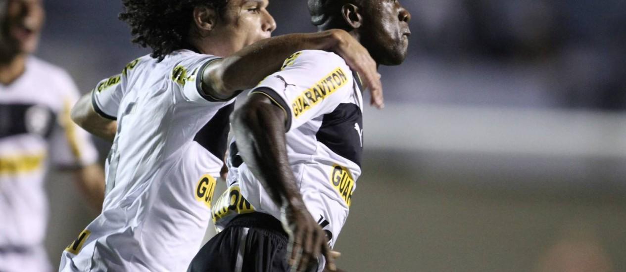Seedorf comemora seu primeiro gol no Botafogo. De falta, contra o Atlético-GO Foto: Adalberto Marques / AGIF