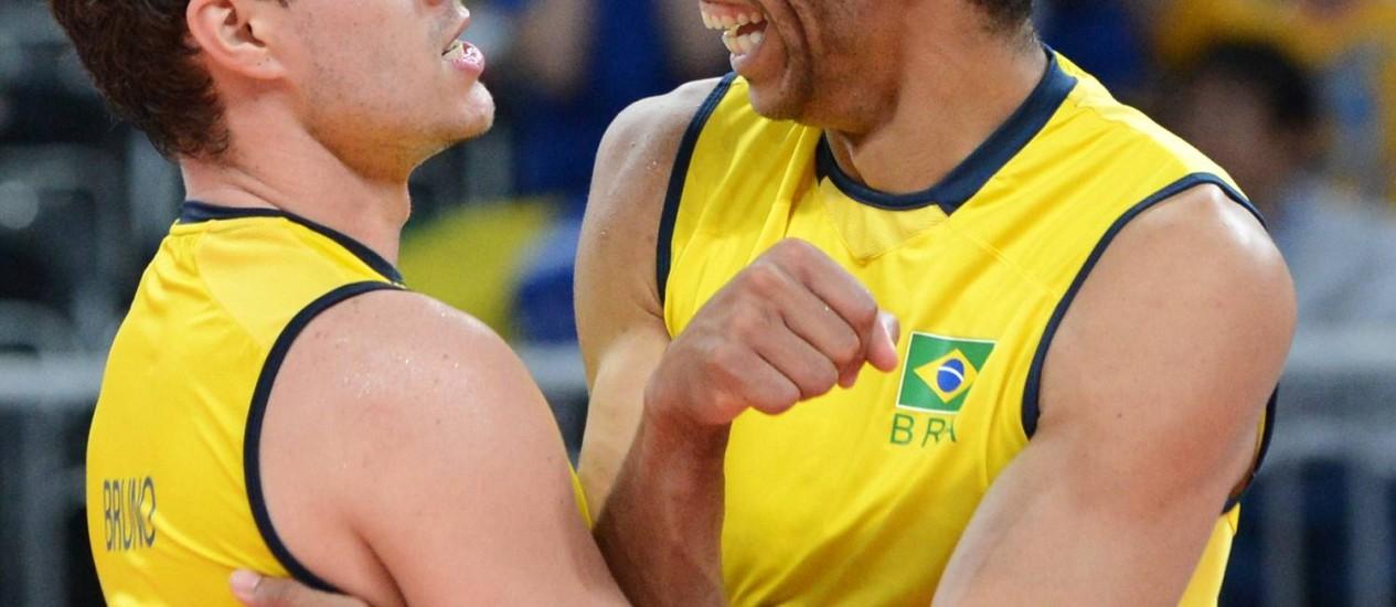 Bruninho e Wallace vibram com um dos pontos da seleção brasileira contra a Sérvia Foto: AFP