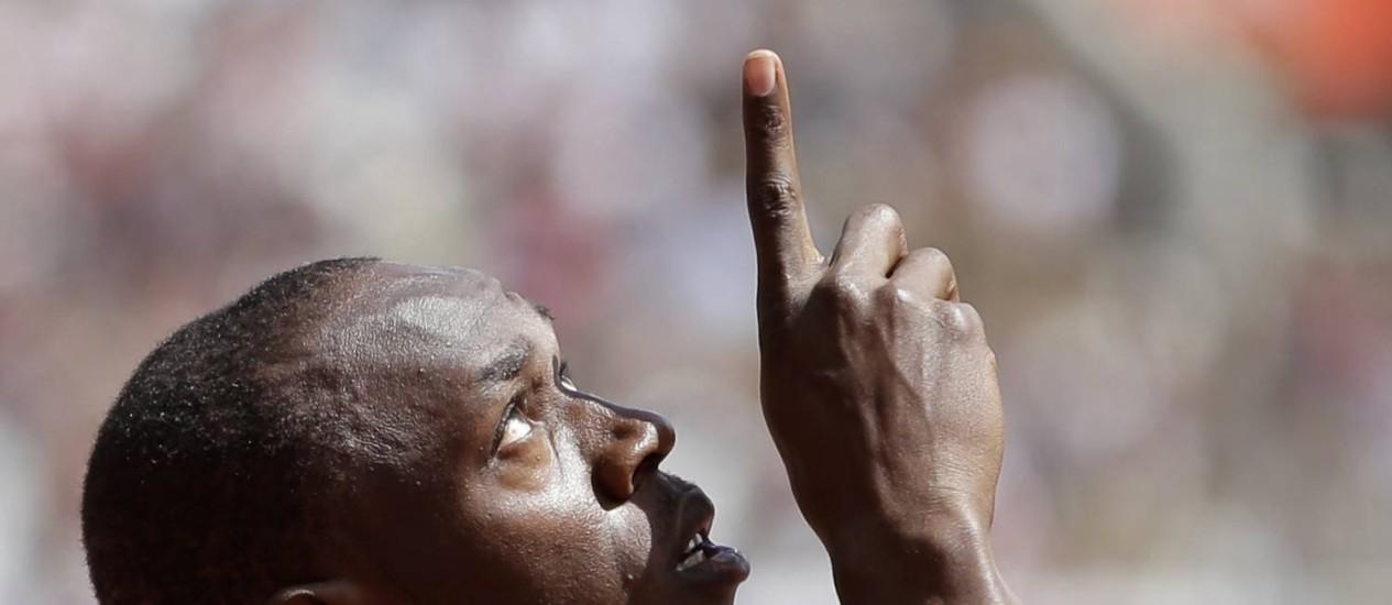 Usain Bolt aponta para o céu após a classificação para as finais dos 100m em Londres Foto: AP