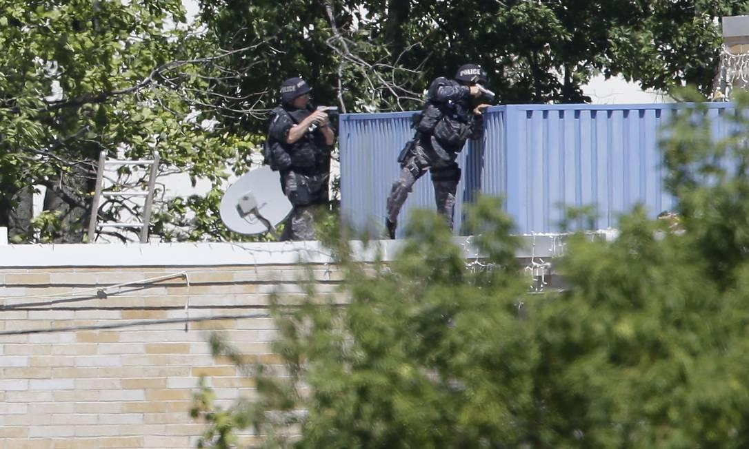 Policiais armados investigam o templo sikh, em Oak Creek, Wisconsin Foto: Jeffrey Phelps / AP