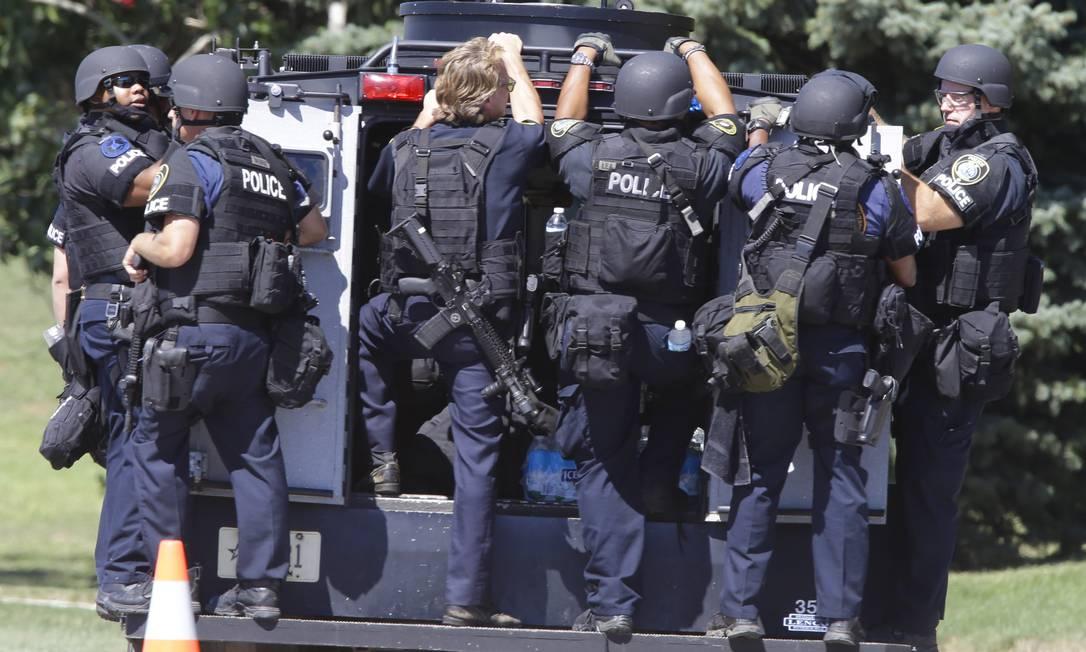 Segundo um jornal local, as vítimas estão sendo retiradas do templo, e membros da SWAT estão fazendo uma varredura no edifício em busca de mais suspeitos Foto: Jeffrey Phelps / AP Photo