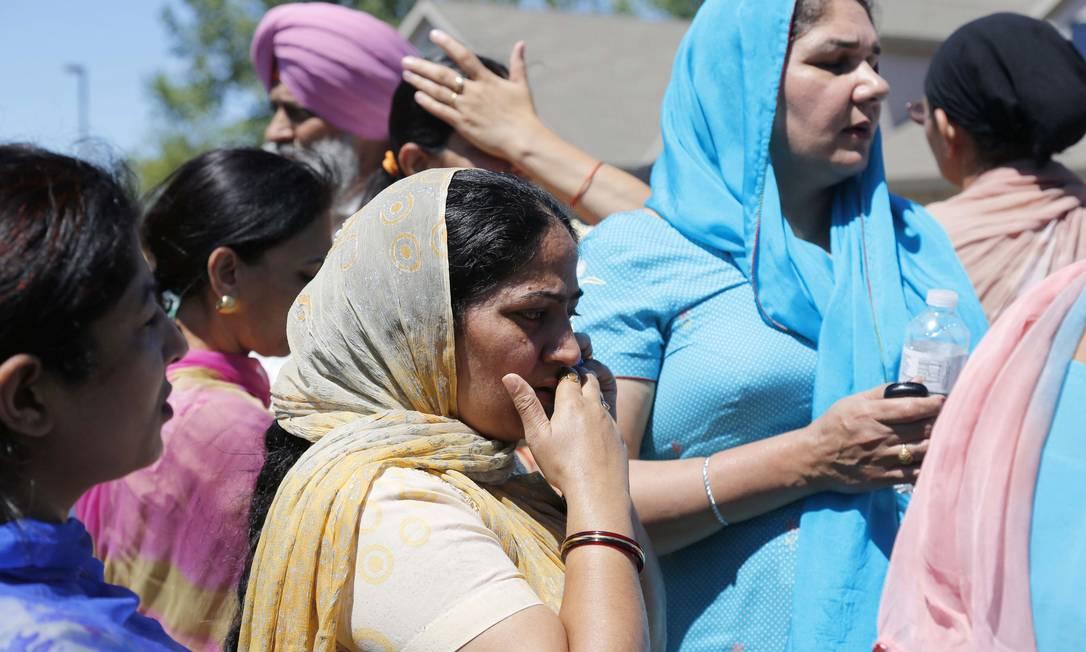 Fiéis sikhs aguardam informações sobre o atentado ao templo religioso em Oak Creek, nos EUA Foto: AP