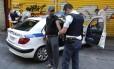 Policiais gregos algemam imigrantes, em operação realizada no centro de Atenas