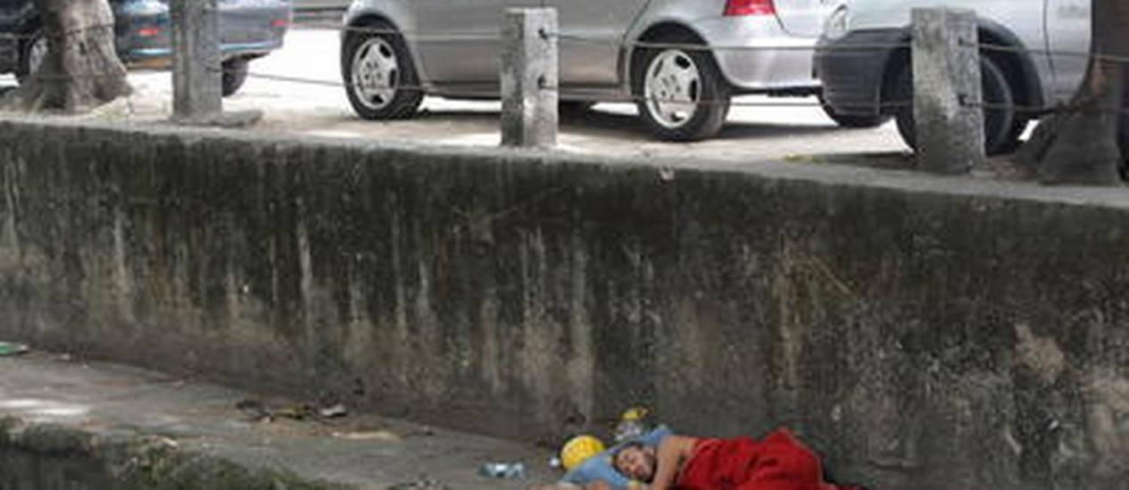 MORADOR de rua dorme em frente ao 1º Batalhão da PE Foto: Laura Marques