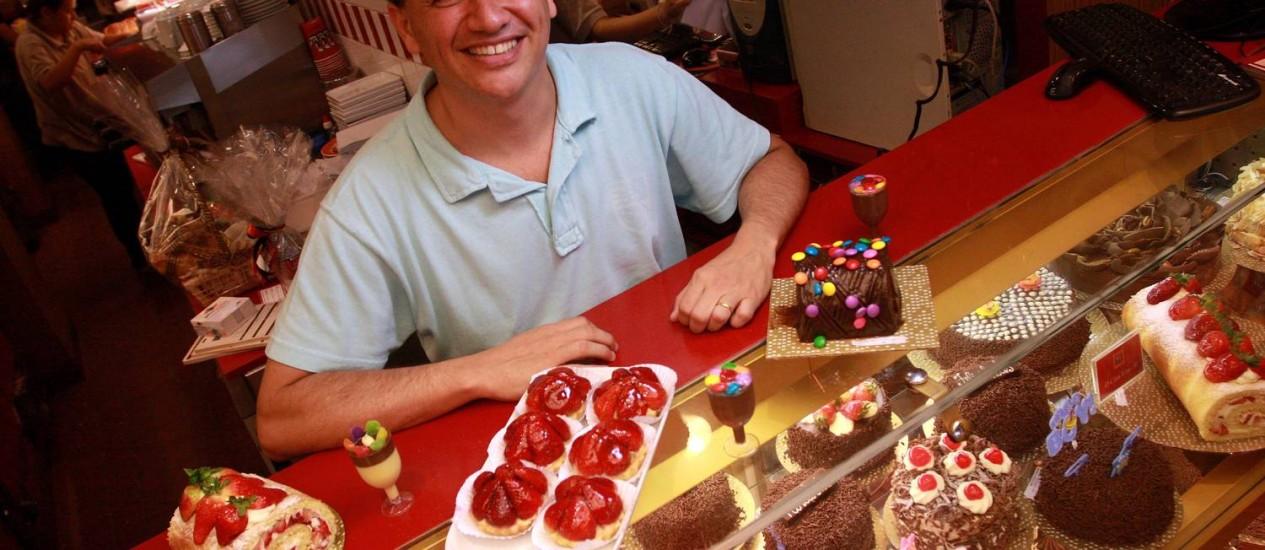 O proprietário da The Bakers, Dany Geller, usa cores para atrair clientes pela vitrine e internet Foto: Foto: Rafael Moraes / O Globo