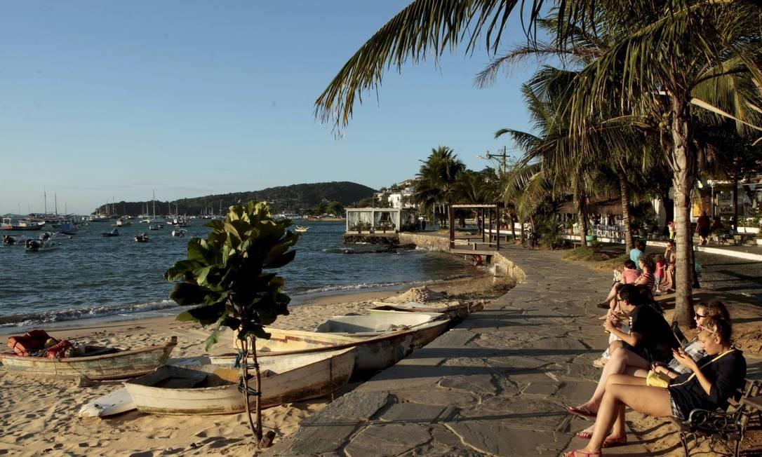 Turistas aproveitam o fim de tarde na badalada Orla Bardot, em Búzios Foto: Gustavo Stephan / O Globo