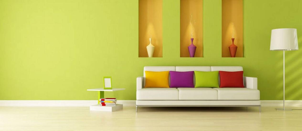 Iluminação direcionada na sala pode destacar objetos decorativos e criar cenário mais aconchegante Foto: Reprodução Internet
