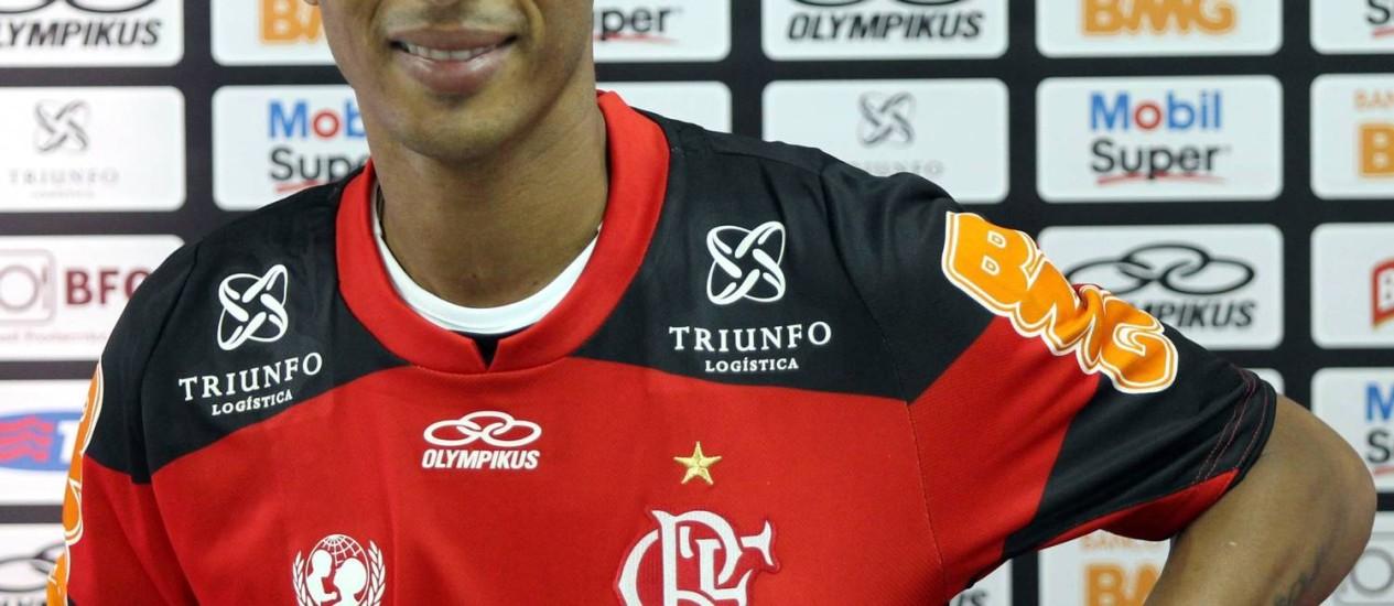 Liédson veste a camisa do Flamego durante apresentação Foto: Cezar Loureiro / O Globo