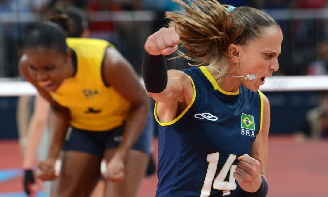 Fabi comemora ponto com Fabiana ao fundo Foto: AFP