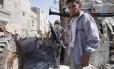 Integrantes do Exército Livre da Síria chegam a um prédio bombardeado pelas forças de Bashar al-Assad, no bairro de Sheikh Najar, em Aleppo. A intenção das tropas do regime era atingir um posto de comando dos rebeldes, perto do edifício. Temendo a escalada de violência e a falta de segurança, uma missão de observadores das Nações Unidas abandonou a cidade, nesta terça-feira