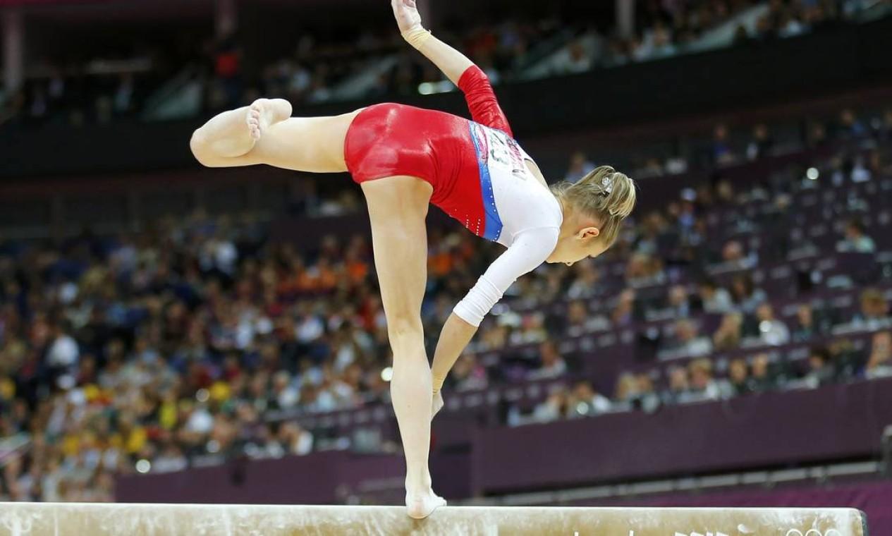 Russa Victoria Komova se desequilibra durante a final da trave, que teve muitas quedas nesta terça-feira Foto: Reuters