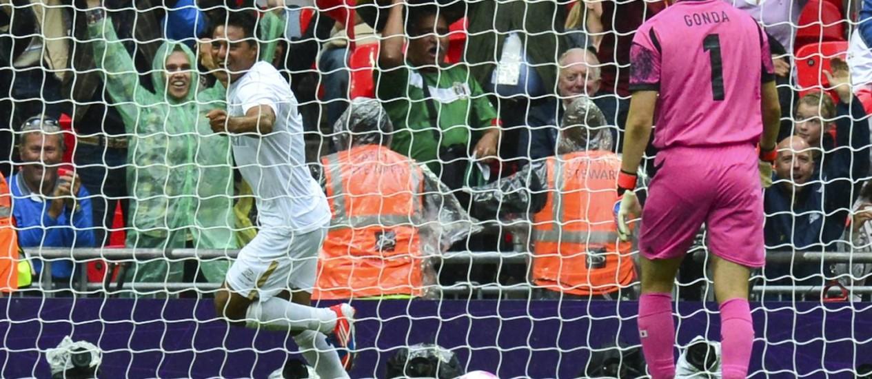 Javier Cortes comemora o gol da classificação mexicana, diante do goleiro Gonda Foto: LUIS ACOSTA / AFP