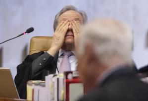 O ministro Ricardo Lewandowski, revisor do mensalão, demonstra cansaço durante o segundo dia de defesa dos réus no julgamento do processo no STF Foto: André Coelho / O Globo