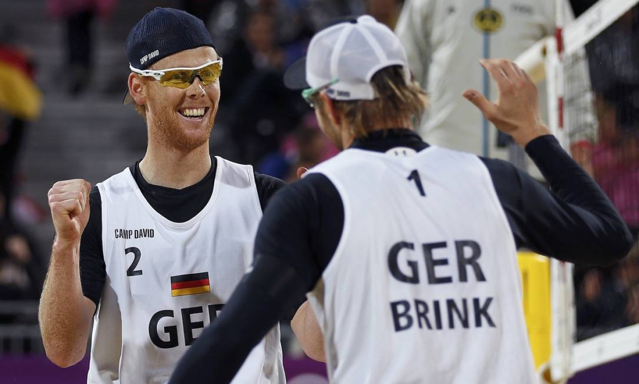 Os alemães Reckermann e Brink serão os rivais dos brasileiros Alison e Emanuel na final do vôlei de praia Foto: Marcelo Del Pozo / Reuters