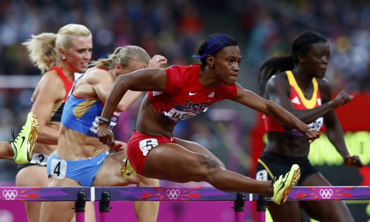 A americana Kellie Wells lidera uma das semis dos 100m com barreira Foto: Eddie Keogh / Reuters