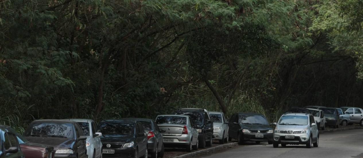 Para não pagar caro por uma vaga, frequentadores do shopping Downtown, na Barra, param os carros sobre uma calçada ao lado do estabelecimento Foto: Hudson Pontes/12-6-2012 / O Globo