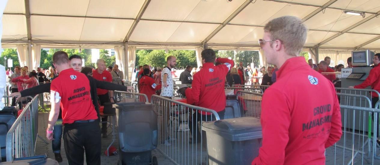 Stewards atuam na chegada à arena montada no Hyde Park, em Londres Foto: Luiz Ernesto Magalhães / O Globo