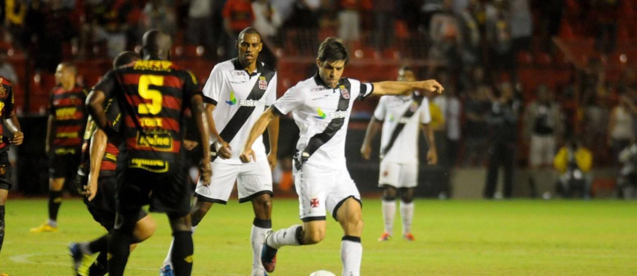 Juninho Pernambucano abriu o placar com um gol de falta Foto: Aldo Carneiro