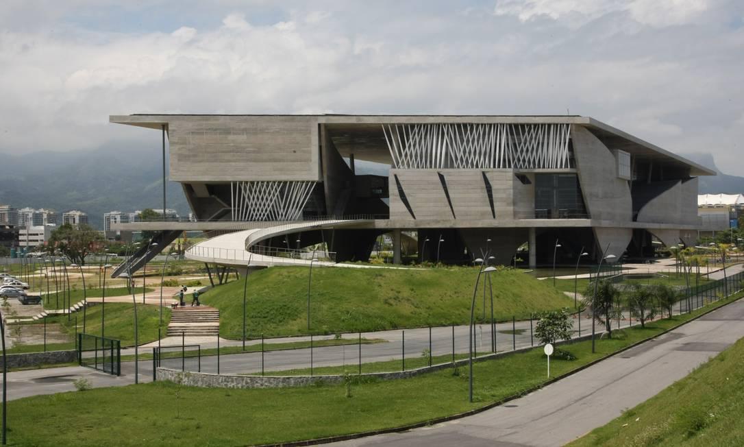 Prefeitura pagará R$ 2 milhões por mês para uma organização social cuidar da manutenção da Cidade das Artes, que custou mais de R$ 500 milhões aos cofres públicos Foto: Eduardo Naddar / O Globo