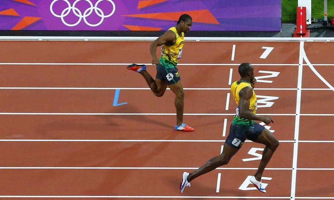 Usain Bolt pede silêncio com o dedo ao cruzar em primeiro a linha de chegada dos 200m rasos Foto: Jorge Silva / Reuters